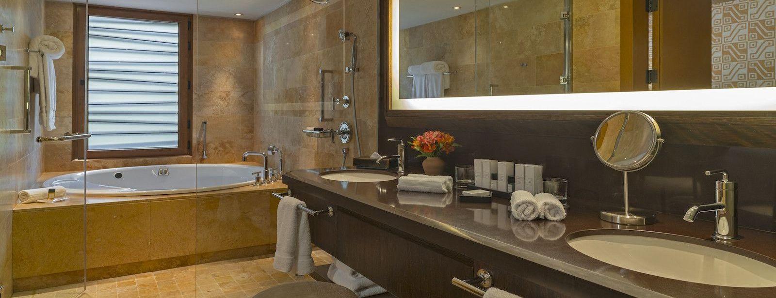 Banheiro da Suíte Sênior do Hotel Tambo del Inka, no Vale Sagrado