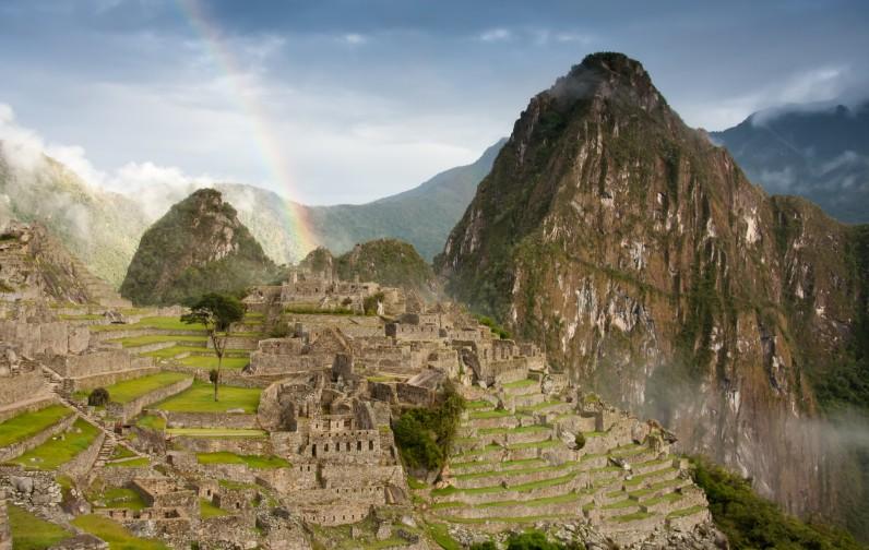 Machu Picchu pós chuva com um arco íris